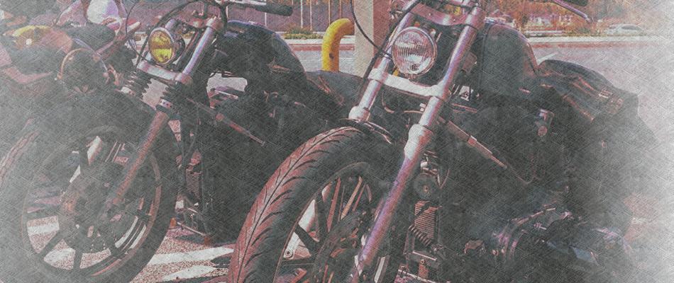 アメリカンスタイルのバイクが数台駐車している様子