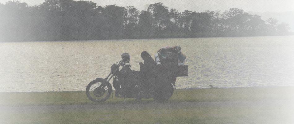バイクにまたがっている男性